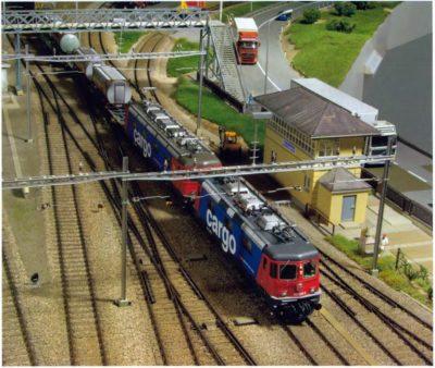 Bild zeigt eine Einfahrt eines 'Re 10'-geführten Güterzuges in Ponte Eugenio.
