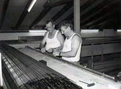 Das Bild zeigt die Fertigung von Flexgeleisen: Alfred und Eugen Meier beim Einziehen der Schienenprofile in die Schwellenroste